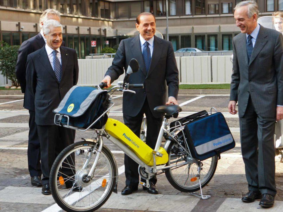 I vertici di Poste italiane presentano al Presidente del Consiglio Silvio Berlusconi i nuovi mezzi di consegna