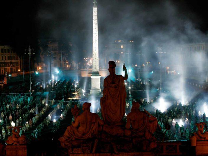 """Istallazione """"Trash art"""" dell'artista tedesco Ha Schult, in Piazza del Popolo, Roma. Maggio 2007"""