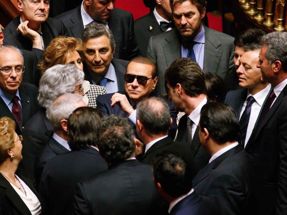 Il Presidente del Consiglio Berlusconi partecipa ad una seduta del Senato indossando degli occhiali da sole