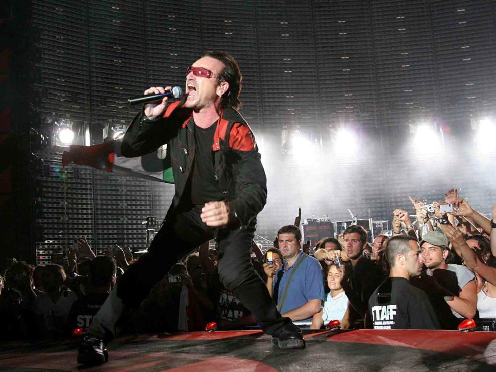 Bonovox degli U2 in concerto allo Stadio Olimpico di Roma. Luglio 2005