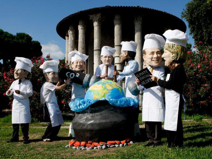 Performance degli attivisti di Oxfam contro il G7. Roma luglio 2009