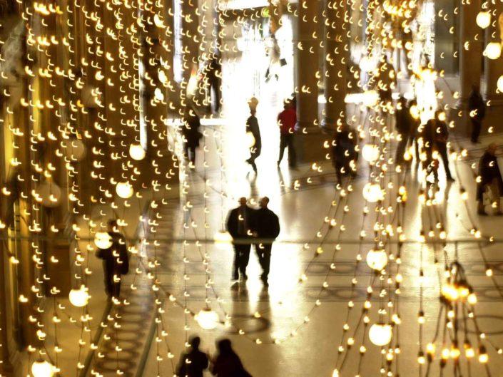 Illuminazione natalizia nella galleria Alberto Sordi a Roma