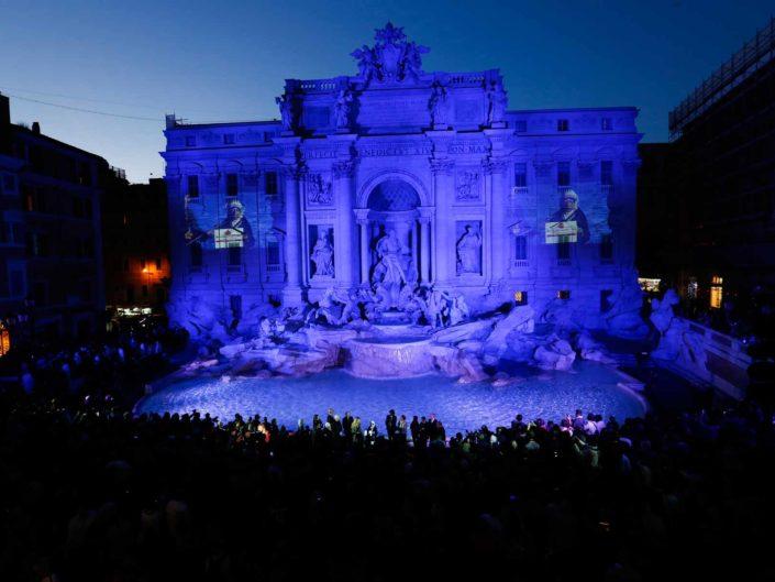 Fontana di Trevi illuminata di blu in occasione della commemorazione dei martiri cattolici. Aprile 2016