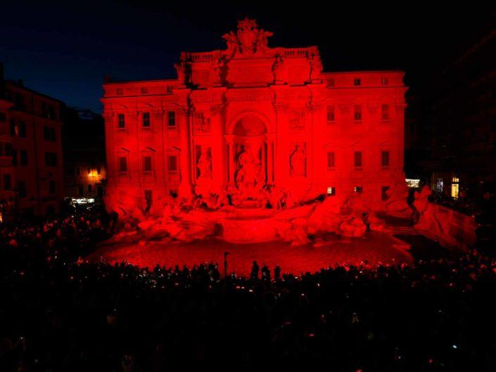 Fontana di Trevi illuminata in occasione della commemorazione dei martiri cattolici. Aprile 2016