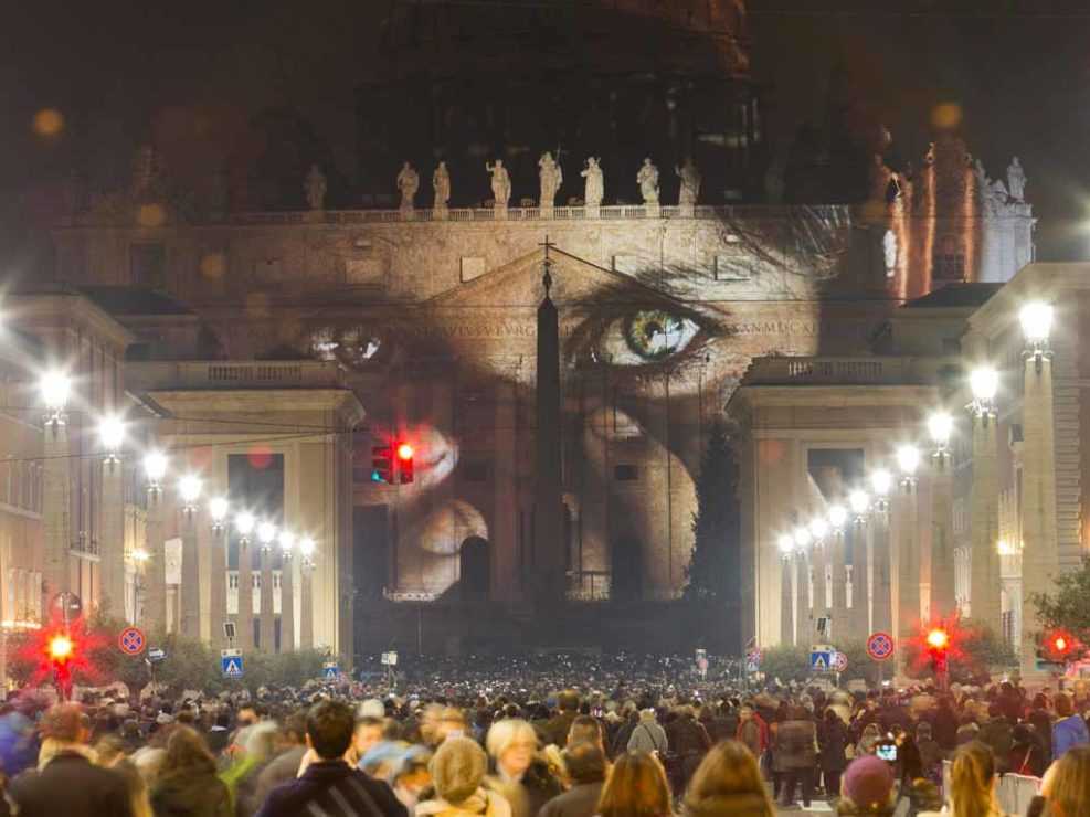 Illuminazione speciale della Basilica di San Pietro per l'apertura del Giubileo della Misericordia. Dicembre 2015