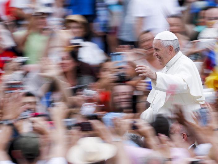 Papa Francesco saluta i fedeli durante l'udienza generale, in Piazza San Pietro. Roma 28 giugno 2017.