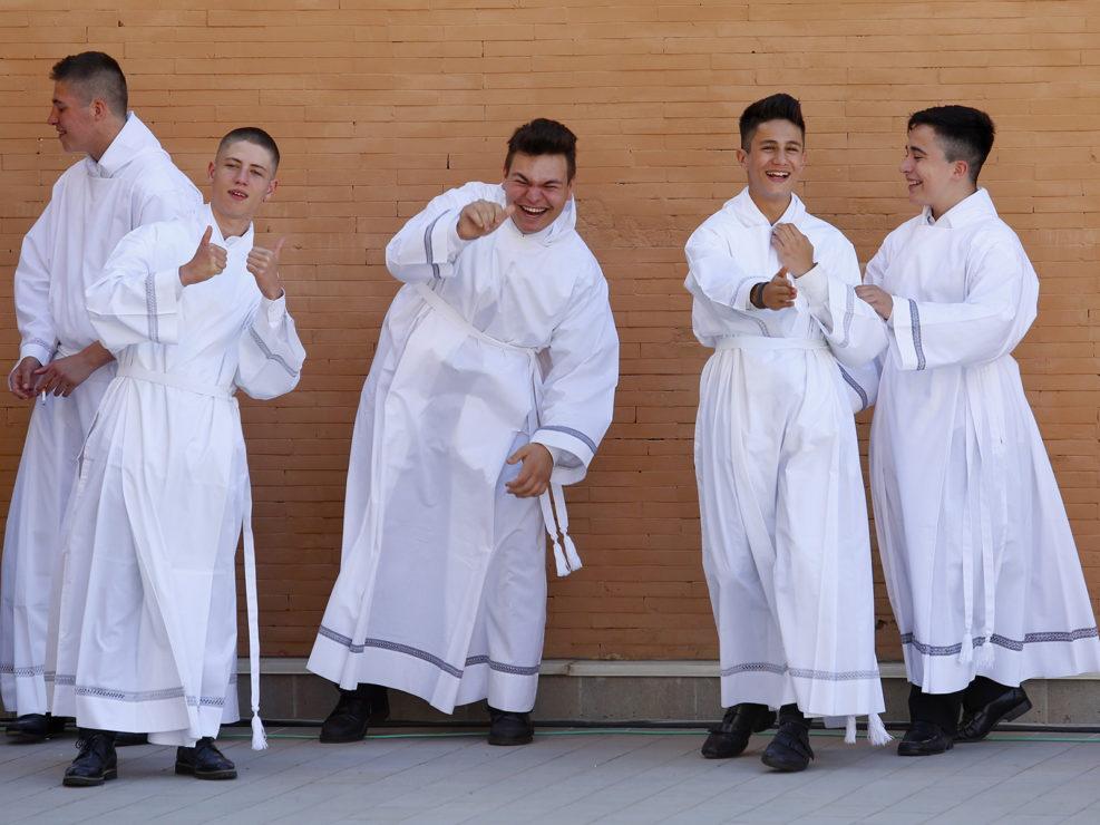 Chierichetti scherzano in attesa di Papa Francesco in visita pastorale nella parrocchia San Pier Damiani a Casal Bernocchi di Roma. 21 maggio 2017
