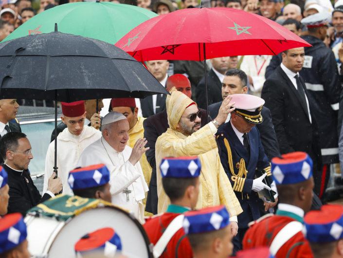 Papa Francesco e il Re Mohammed VI del Marocco arrivano alla spianata di Hassan, a Rabat, capitale del Marocco. 30 marzo 2019