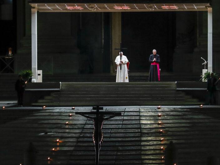 Papa Francesco celebra la Via Crucis per la prima volta nella storia senza la partecipazione dei fedeli a causa del Coronavirus (Covid-19) in Piazza San Pietro, 10 aprile 2020