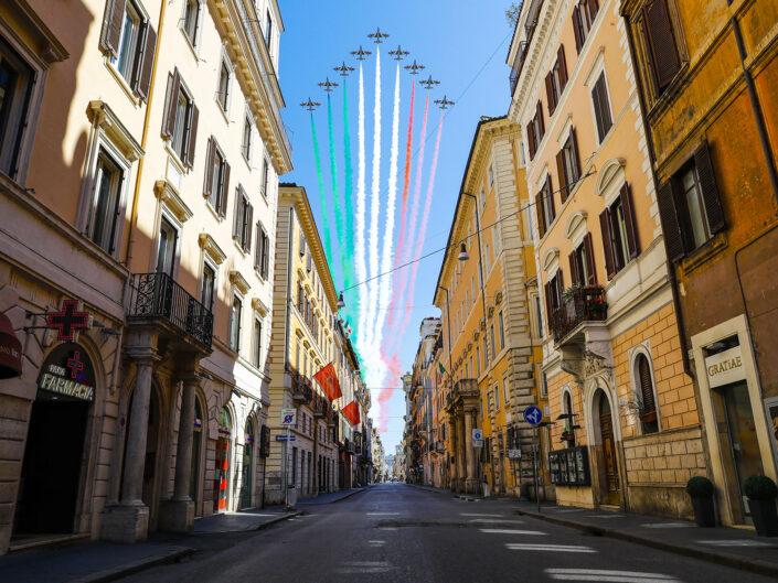 Le frecce tricolori sorvolano Via del Corso deserta a causa del Coronavirus (Covid-19) in occasione della festa della Liberazione. Roma 25 aprile 2020