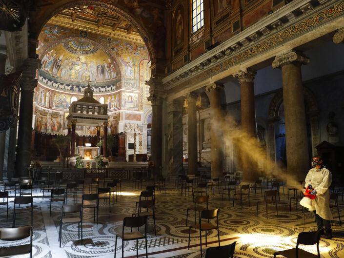 Lavori di sanificazione della chiesa di Santa Maria in Trastevere Basilica, a causa del coronavirus (COVID-19) Roma 11 maggio 2020